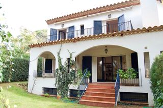 Semi detached house  Carrer cicero. Casa esquinera jardin privado