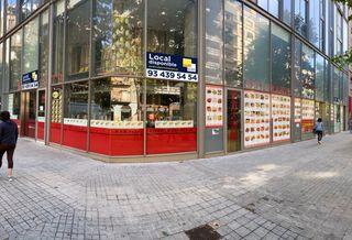 Location Local commercial dans Carrer comte d´urgell, 46. Local con salida de humos