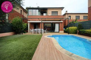 House  Carrer marroc. Con jardín y piscina
