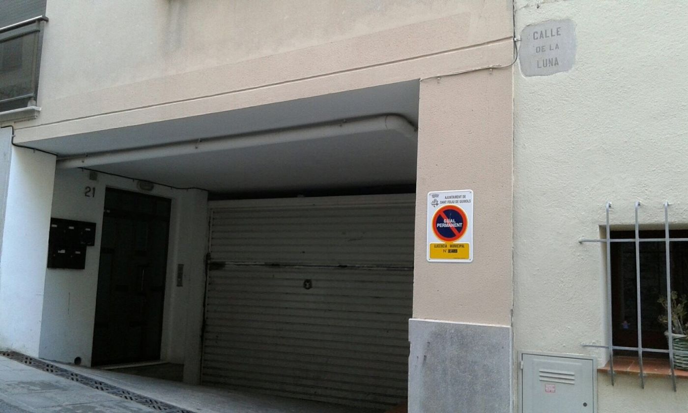 Parking coche en Carrer lluna, 21. Parking  coche de 12 m2 cerca de zona peatonal