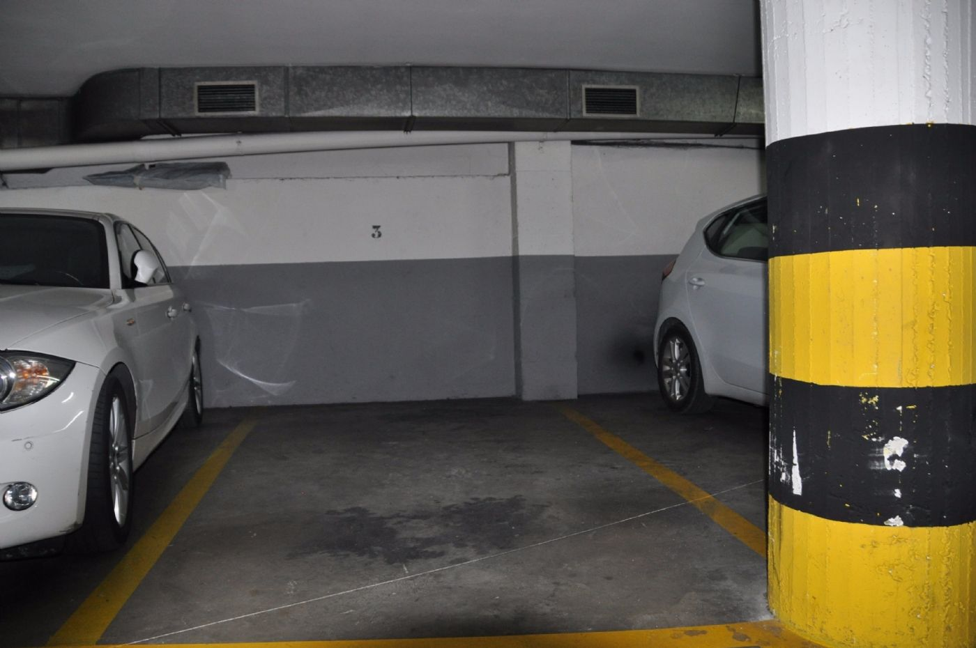Car parking in Passatge miro, 30. Plaza de parking en cirera