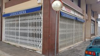 Locale commerciale in Carrer lopez i puigcerver, 112. Local esquina dos calles. 70 m2 mas 12 m2 altillo