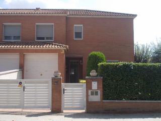 Casa pareada en Carrer sant ramon de penyafort, 10. Luminosa casa pareada zona dominics