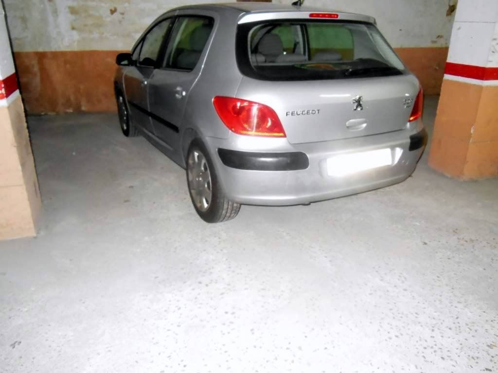 Car parking in Calle guardamar, 12. Plaza doble para coche + moto  en paralelo