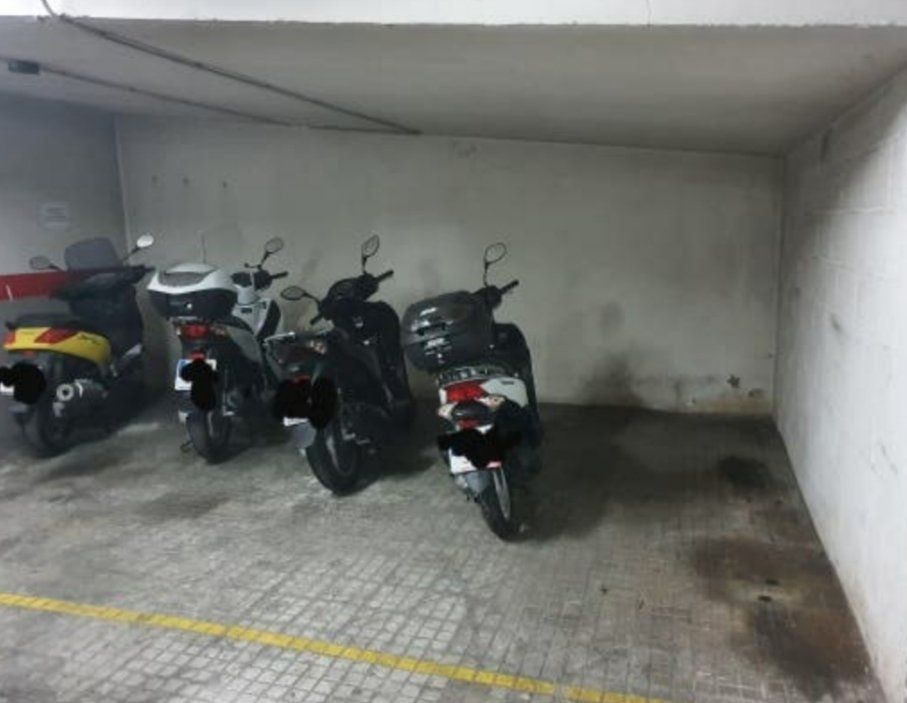 Rent Motorcycle parking in Carrer jardi, 71. Plaza de moto en alquiler en zona centro.