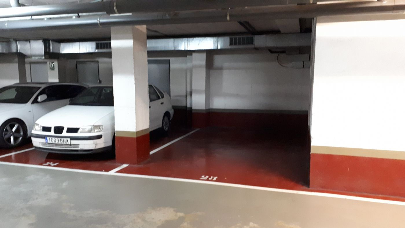 Miete Autoparkplatz in Carrer enric granados, 110. Amplio parking