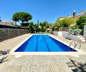 Rent Semi detached house in Carrer de pablo picasso, 20. Casa con piscina comunitaria a 10 mins de la playa