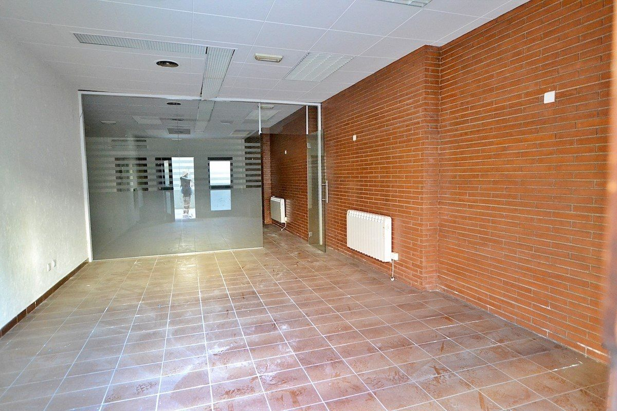 Local commercial à Carrer enric delaris, 20. Local en el centro de manlleu - venta y alquiler