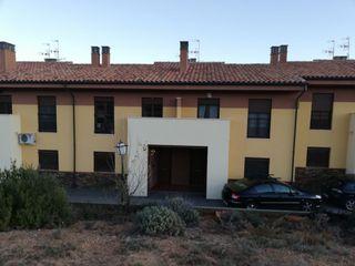 Casa adosada en alquiler en Villastar. Unifamiliar
