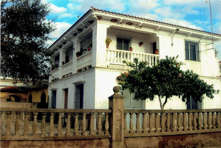 Casa pareada en venta en Carmona. Chalet en urb lo