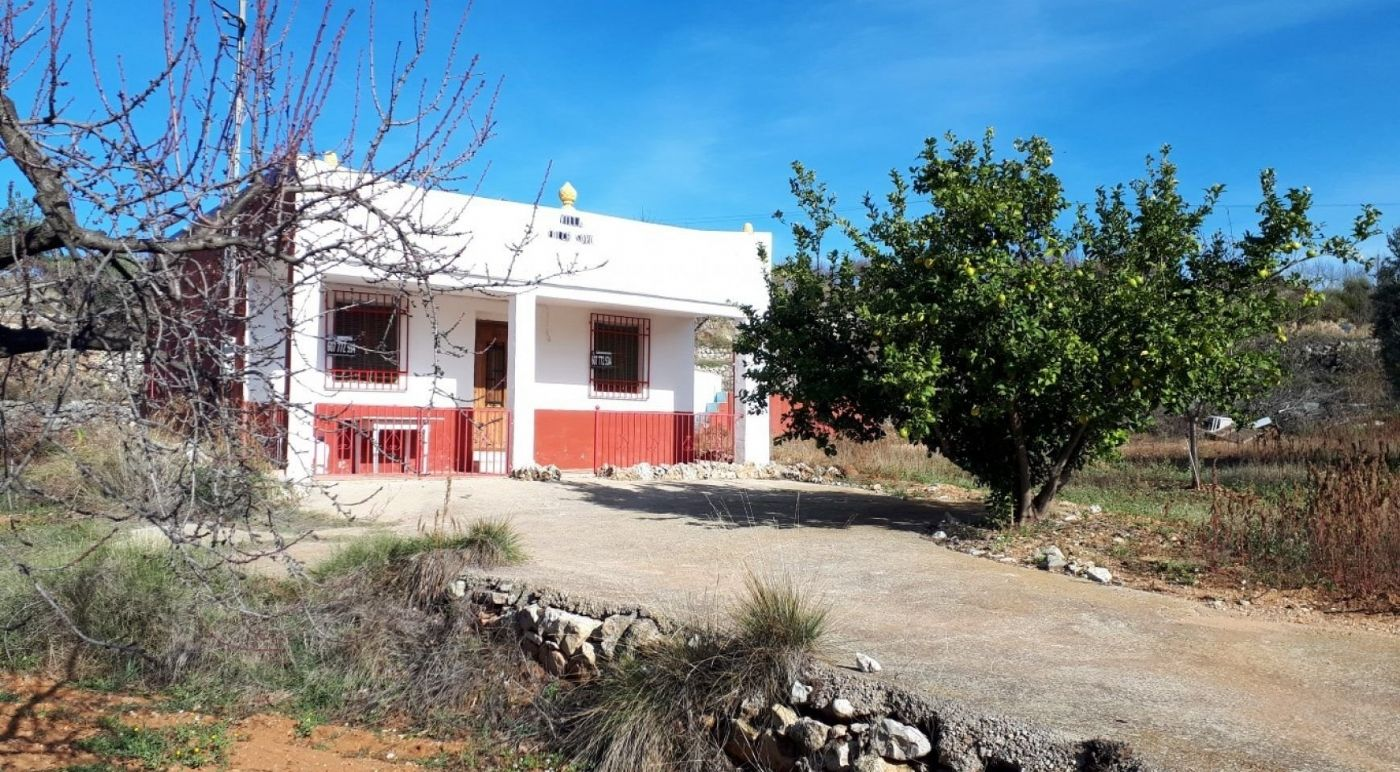 Country house in Cv-15,. Masía de 60m. con pequeña piscina y terreno.