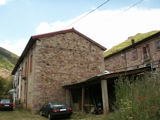 Casa en venta en Crémenes. Casa de piedra de  mts