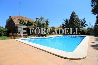 Chalet in Canovelles. Chalet con 5 habitaciones, parking, piscina, calefacción, terraz