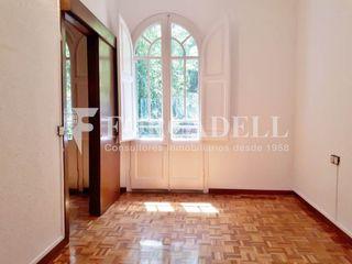 Etagenwohnung in Esquerra Baixa de l´Eixample. Piso con 3 habitaciones y ascensor