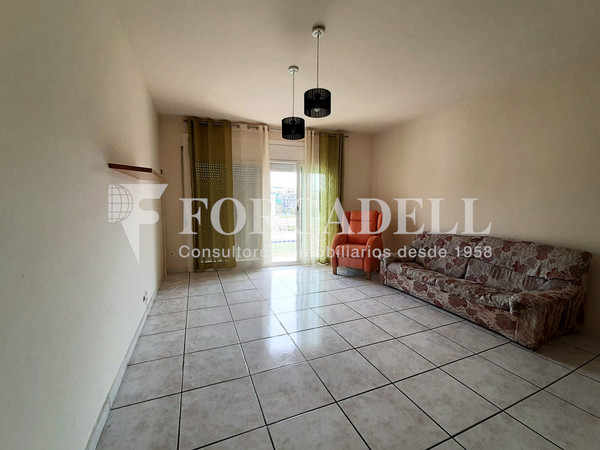 Rent Flat in Joan Prim. Piso con 4 habitaciones y ascensor