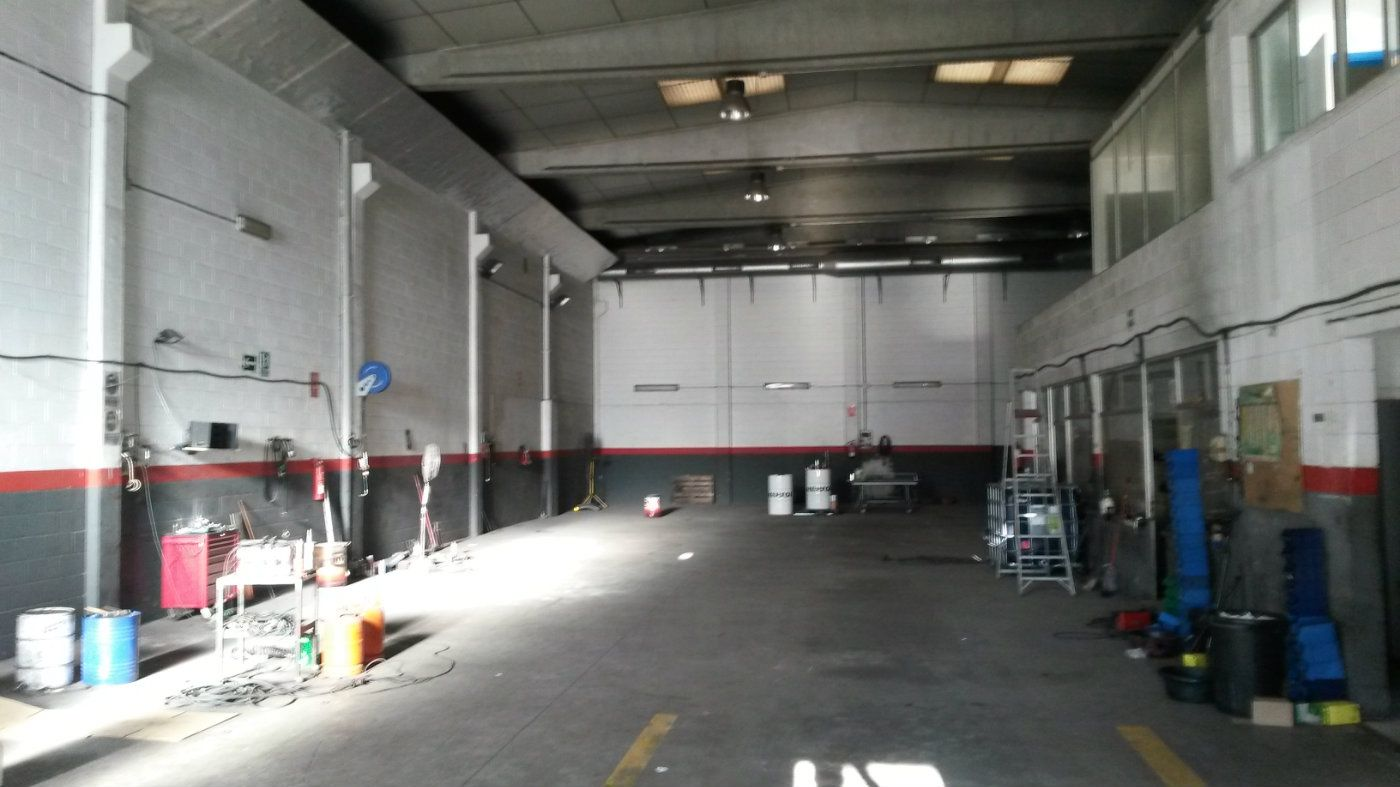 Nau industrial  Carrer tres rieres. Nave equipada muy comercial
