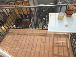 Location Appartement  Carrer buxeda. Calle brutau con balcón