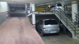 Rent Car parking in Carrer sant ponç, 55. Amplia plaza de parking