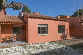 Doppelhaus in Carrer rossinyol, 45. Casa pareada en mas pinell