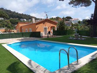 House  Urbanització. Casa amb piscina terreny pla