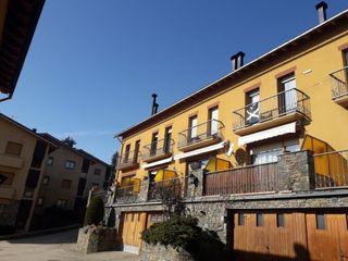Semi detached house in Avinguda del segre, 21. Moltes possibilitats