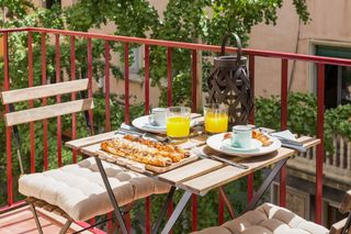 Holiday lettings Apartment  Carrer pau (de na). 4hab, soleado y con encanto