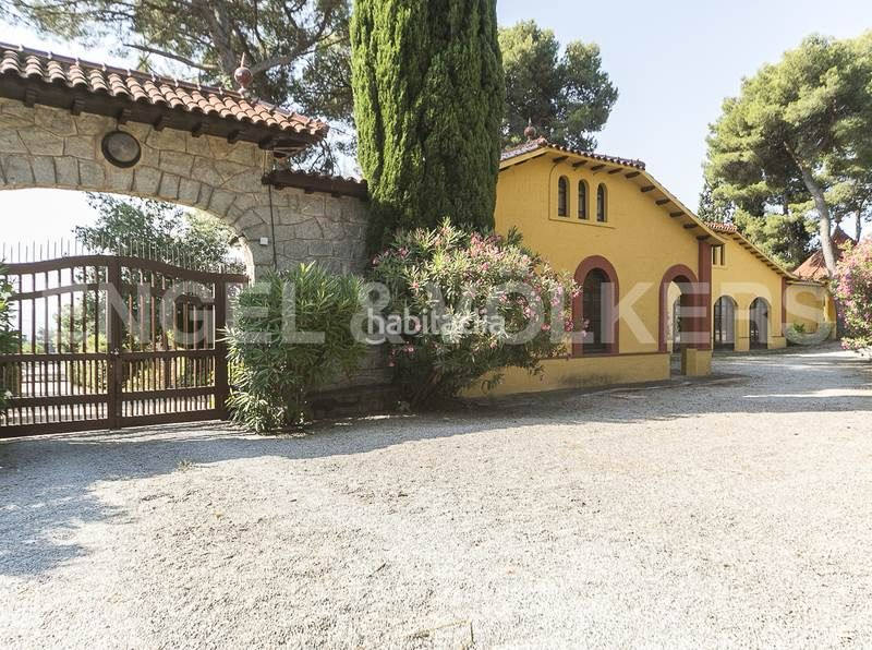 Entrada a la finca. Rent house with heating parking in Canovelles