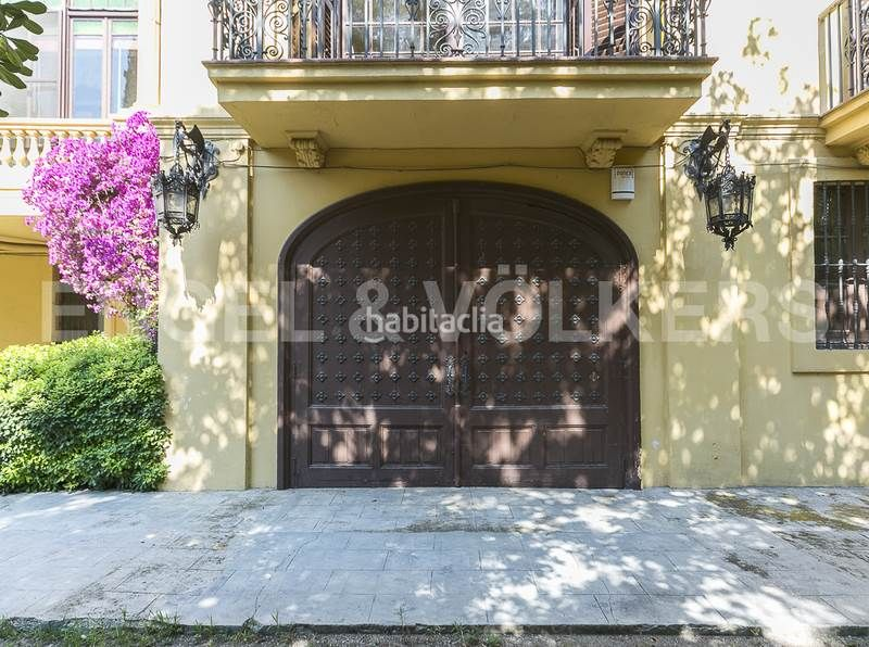 Puerta trasera capilla. Rent house with heating parking in Canovelles