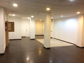 Location Local commercial  Carrer juan valera. 70 m2 junto metro la salud.