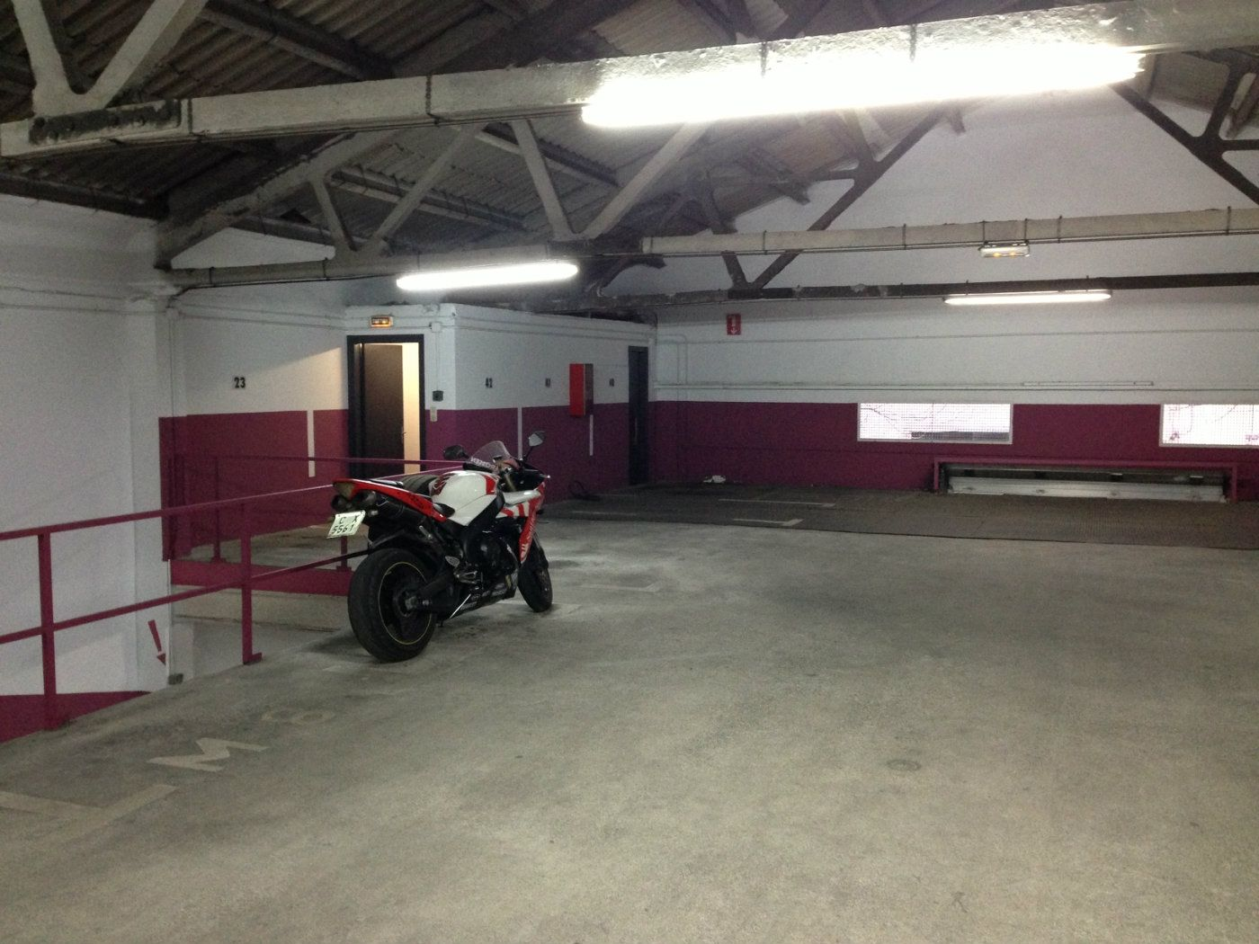 Rent Motorcycle parking in Avinguda sant narcis, 112. Aparcament moto entre linees
