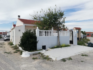 Casa adosada Calle Acacias, 150. Bonito bungalow sin vecinos