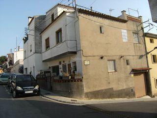 Casa adosada en Escala (L´). Casa adosada con 4 habitaciones, parking y terraza
