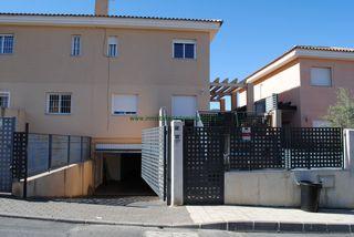Casa adosada en Calle petirrojo, 13. Chalet con piscina comunitaria