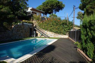 Casa  A 5 minutos del pueblo. Torre con piscina y tenis