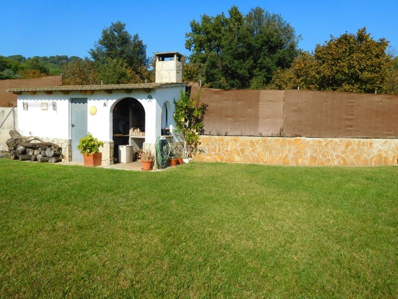 JARDIN. House with fireplace heating parking pool in Caldes de Montbui