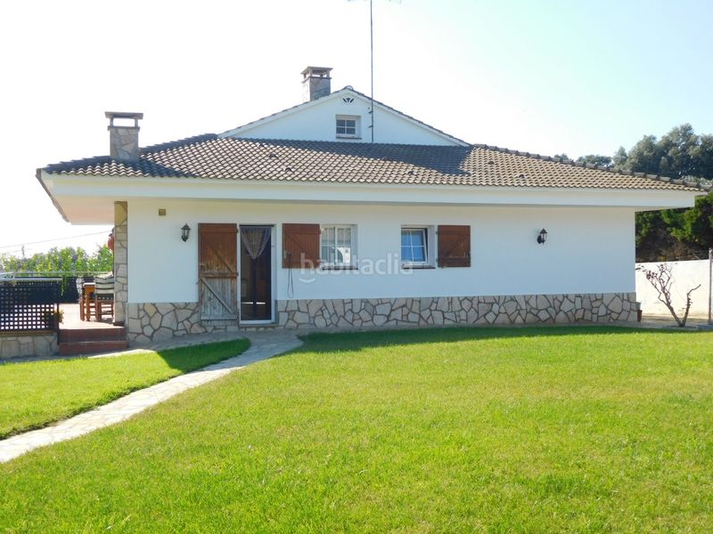 ZONAS AJARDINADAS. House with fireplace heating parking pool in Caldes de Montbui