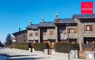 Casa adosada  Carrer cami ral. Bién conservada y jardín privado