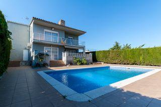 Casa in Carrer alzina, 10. Casa con piscina privada