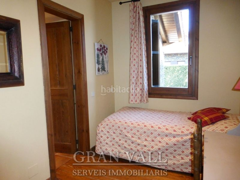 Dormitori 3 amb bany. House with fireplace heating parking in Prats i Sansor