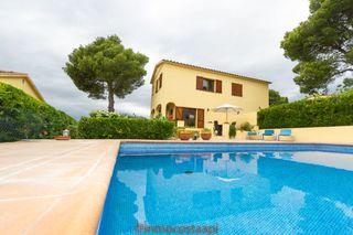 Casa bifamiliare in Carrer suissa, 58. Casa con piscina privada
