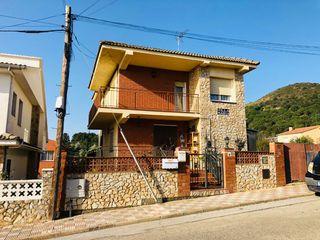 Casa en Carrer bergueda, 1. A 4 vientos con parcela plana