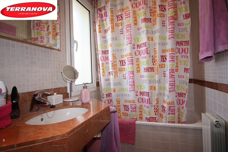 Baño completo con ducha. Semi detached house with fireplace heating parking pool in Ametlla del Vallès (L´)