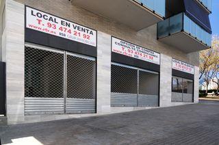 Local commercial dans Carrer frederic mompou, 33. Esquinero con terraza interior