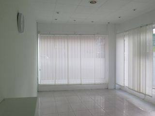 Location Local commercial  Carrer rutlla. Local 25m²tot de vidre.