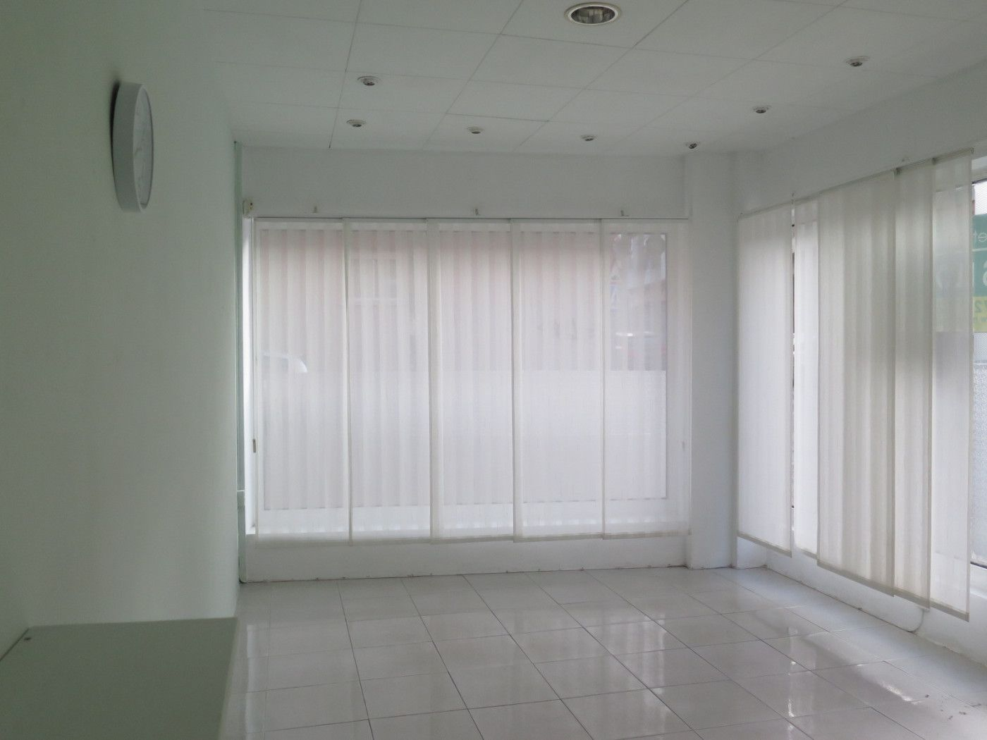 Rent Business premise  Carrer rutlla. Local 25m²tot de vidre.