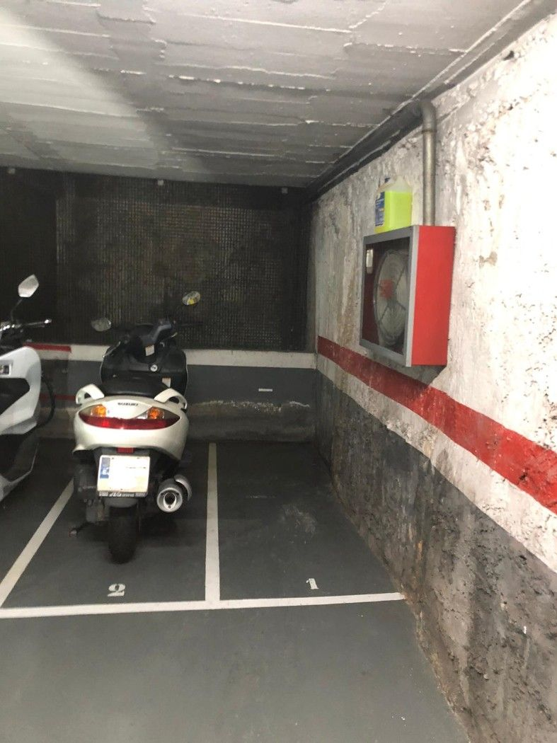 Aparcament de moto  Junto plaza catalana. Parking semi-nuevo