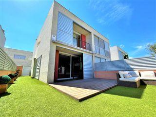 Casa pareada  Urbanització. Casa pareada cerca de la playa