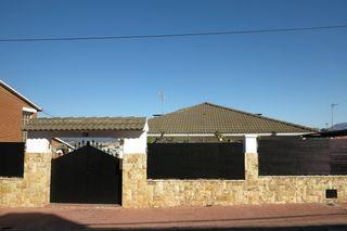 Villa in Carrer holanda, 73. Torre per a 2 families