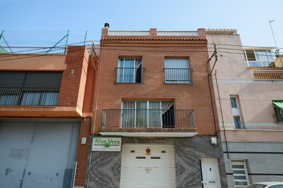 Maison dans Carrer solsona, 101. Casa amb local i terrasses