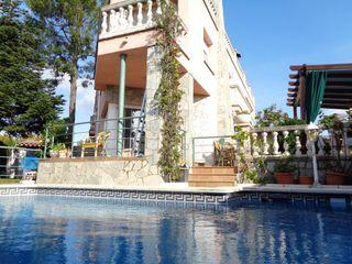 Casa  Les oliveres. Casa esquinera con jardín
